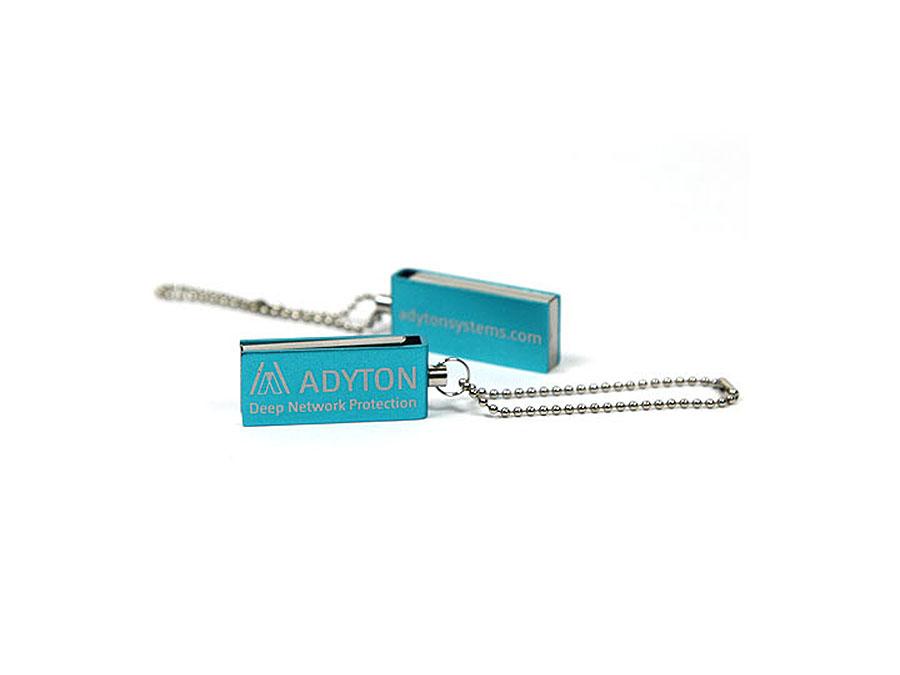 Adyton Mini USB-Stick in blau mit Gravur des Logos auf der Vorderseite
