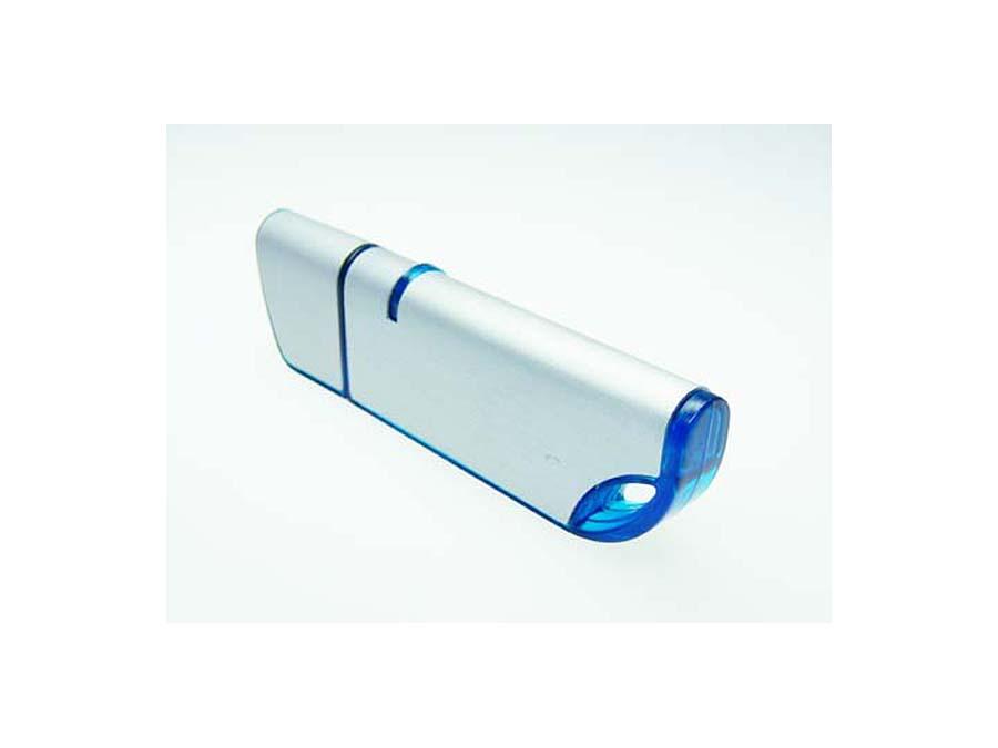 Blauer Kunststoff USB-Stick mit Metall zu berucken udn gravierne eines Logos