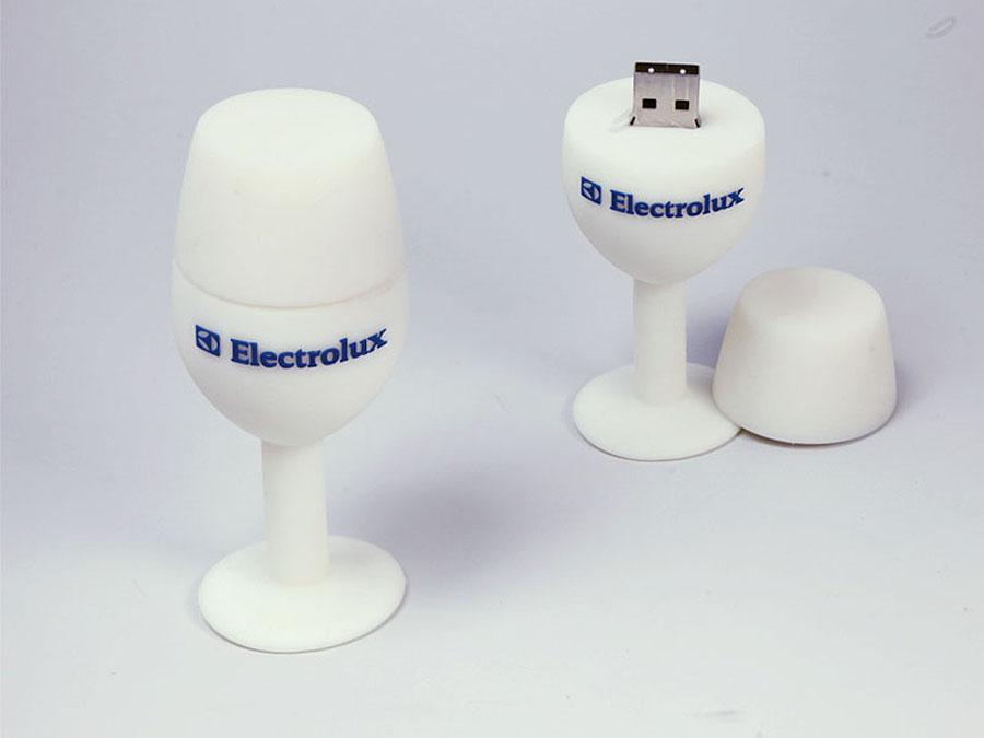 Glas Weinglas als Kelch oder Tulpe mit USB-Stick und Logo