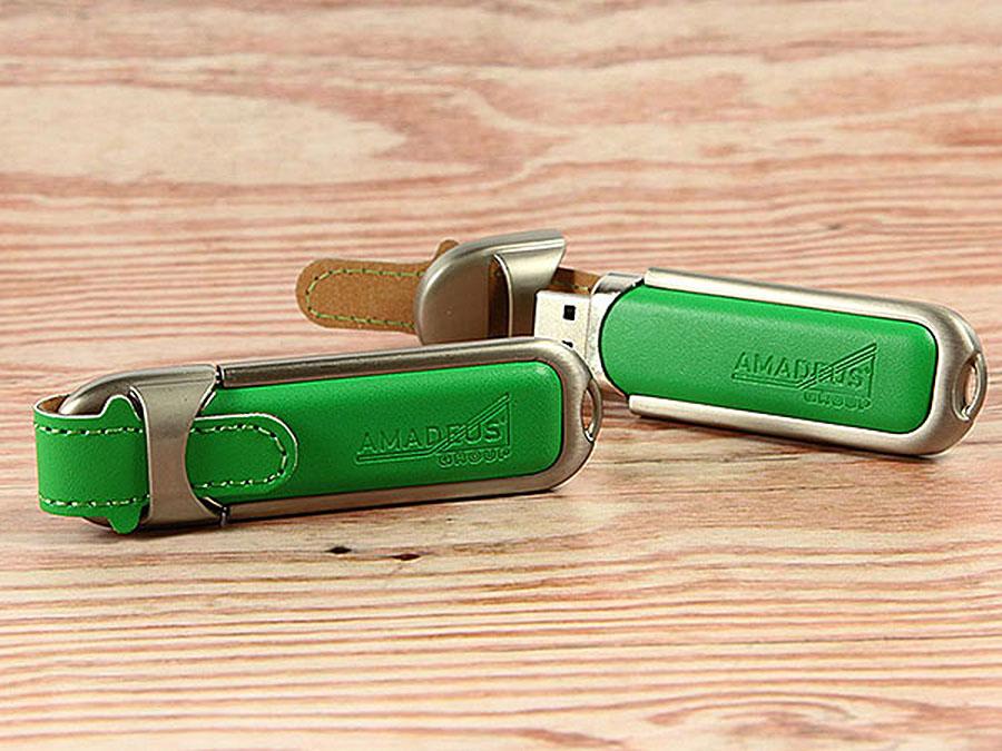 Grüner Leder USB-Stick mit Amadeus Logo als Prägung