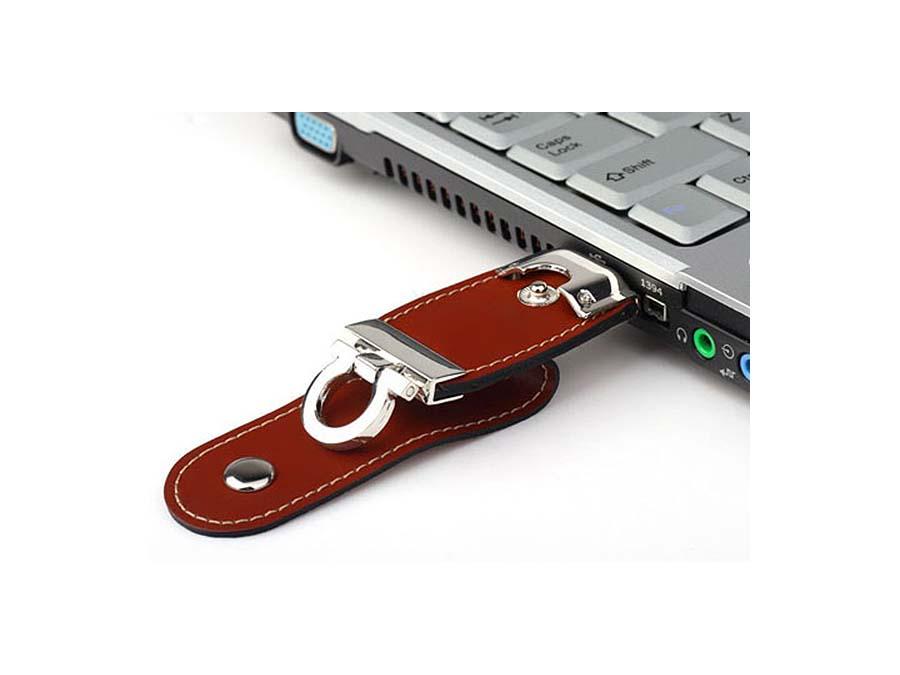 USB-Stick aus Leder mit Logo in Lederprägung als Businesspresent
