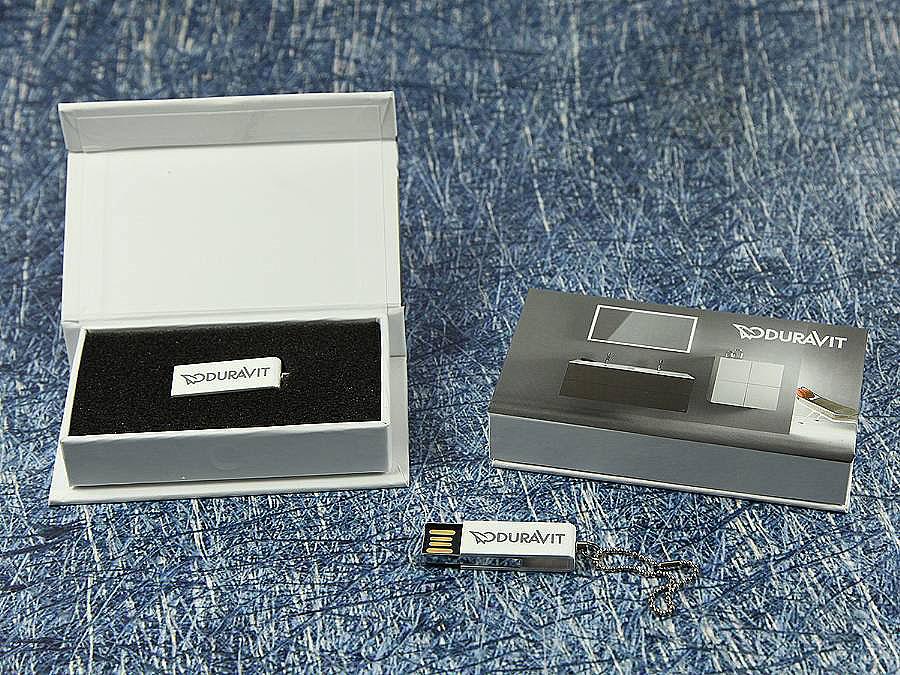 Kleiner Mini USB-Stick als Werbeartikel mit Verpackung Box mit Banderole