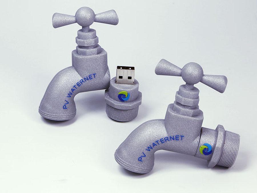 Wasserhahn mit Drehverschluss und Logo als USB-Stick
