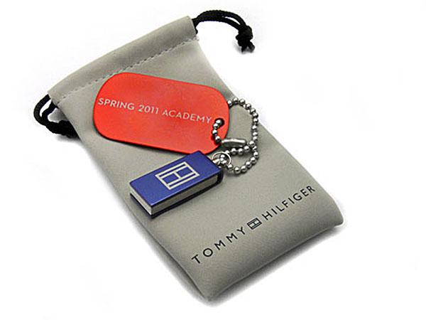 tommy Hilfiger Mini USB-Stick in blau und Dog Tag mit Gravur