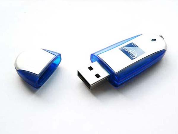 Blauer USB-Stick mit Metall Oberfläche und bedrucktem Logo