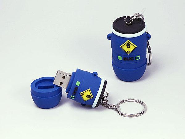 Fass und Tonne für Flüssigkeiten und Materialien im Industriebereich als USB-Stick mit Logo udn Warnzeichen