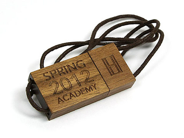 Tomy Hilfiger Holz USB-Stick mit Logoprägung