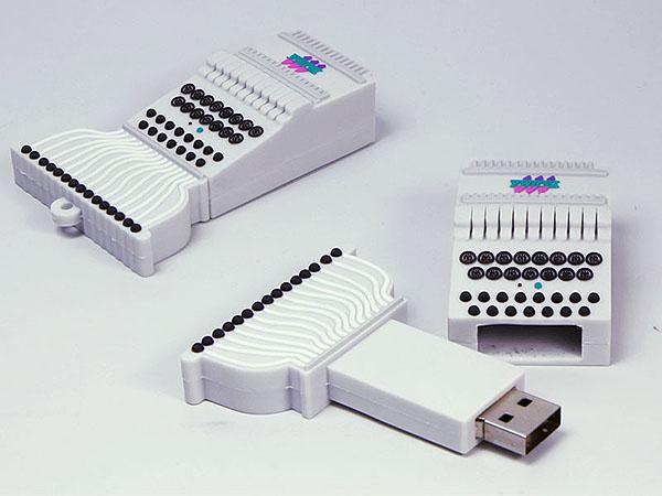 Industrie Maschine Schreibmaschine Kabel mit Kasten und Kontakten in Wunschform und Logo