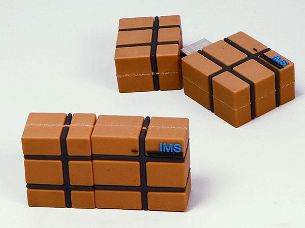 Paket Karton mit Bändern und Logo als individueller USB-Stick in Wunschform