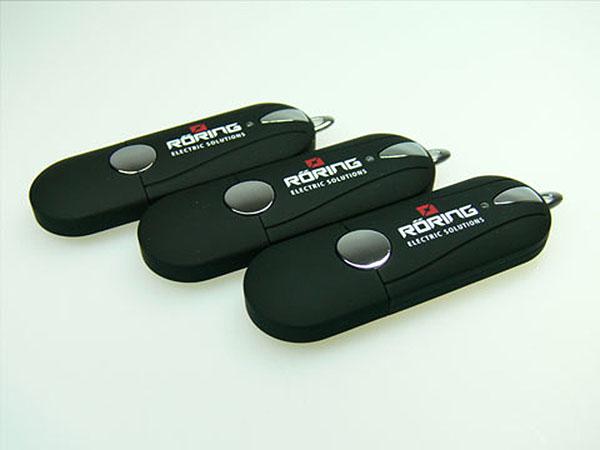 Röring USB-Stick aus schwarzen Kunststoff mit zweifarbigen Druck