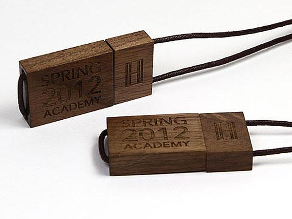 Tommy Hilfiger USB-Stick aus Holz mit Lanyard und Prägung