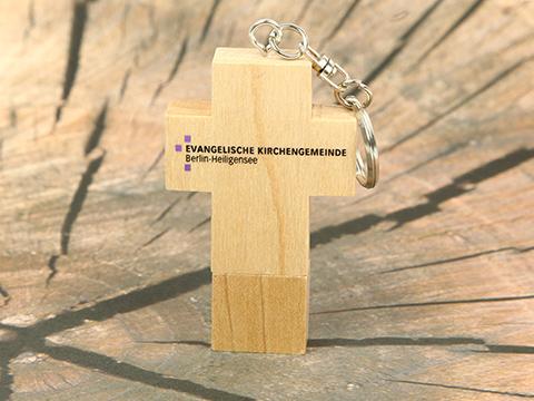 Holz USB Stick in Kreuzform als christliches Werbegeschenk der evangelischen Kirchengemeinde Berlin