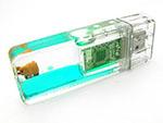 USB-Stick mit Flüssigkeit und Logo