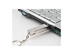 USB-Stick aus Metall in Aktion mit Logodruck als Werbegeschenk