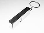 Seitliche Ansicht eines drehbaren Metall USB-Sticks mit Bügel