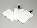 Visitenkarte mit USB-Stick in eingeklapppt aufgestellt und ausgeklappt