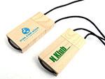 viva con agua Holz USB-Stick an Schnur mit farbigem Aufdruck